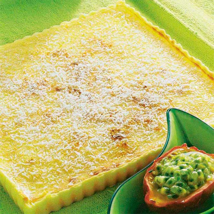 Tarta de limón y coco con fruta de la pasión