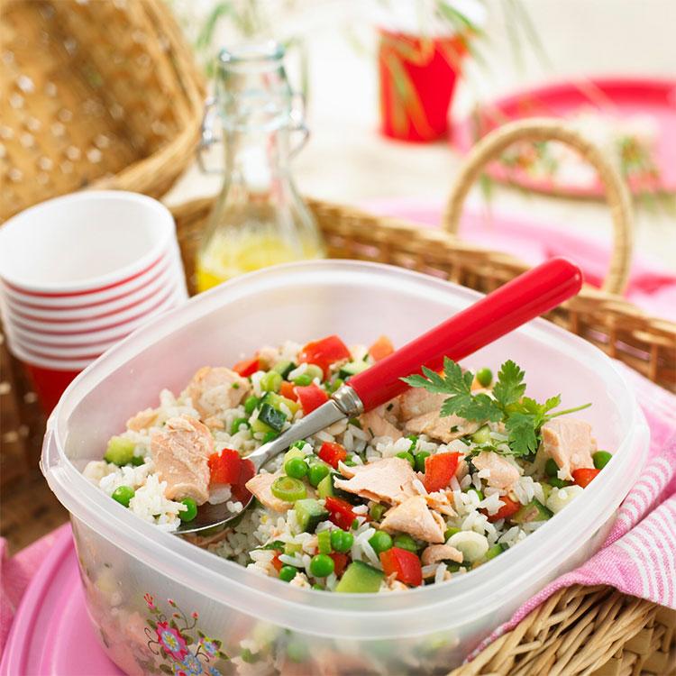 Ensalada de arroz con salmón fresco y verduras