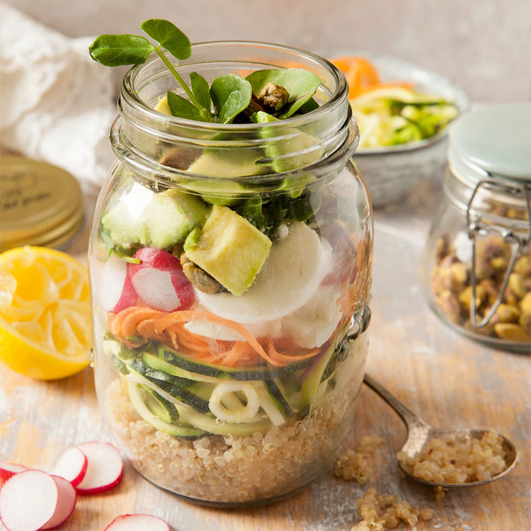 Ensalada de quinoa con aguacate, verduras y frutos secos