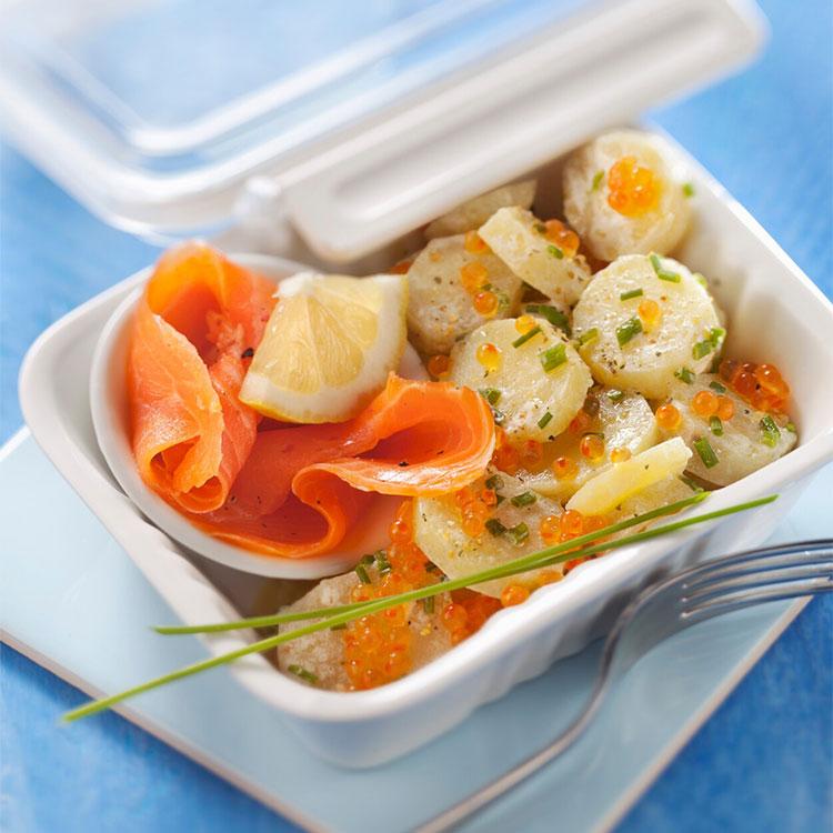 Ensalada de patata con salmón ahumado y huevas de trucha