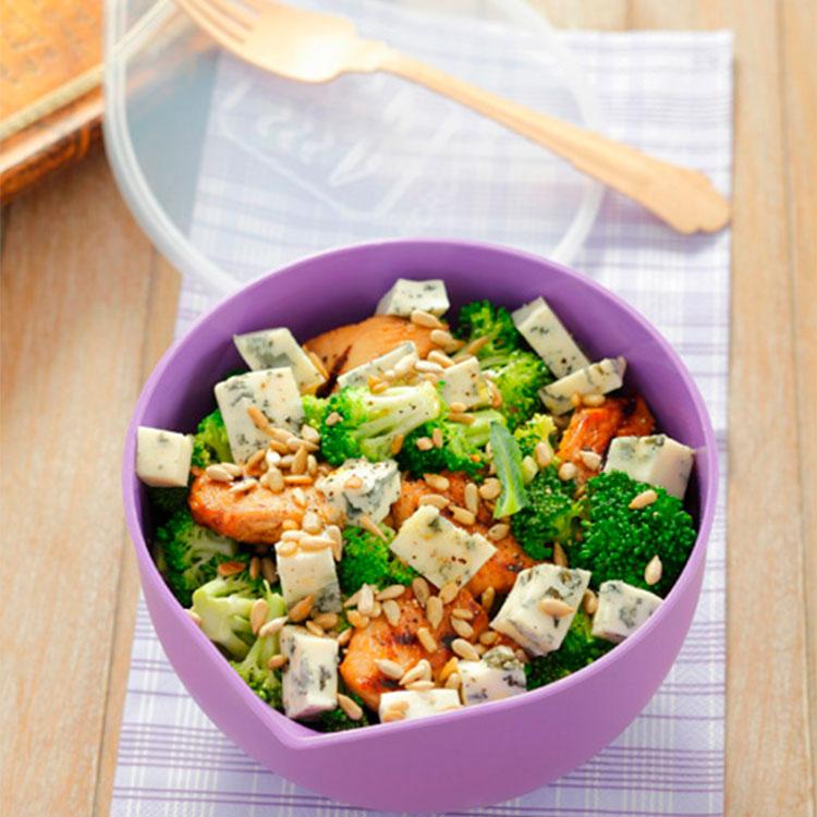 Ensalada de pollo, calabaza, brócoli y queso azul