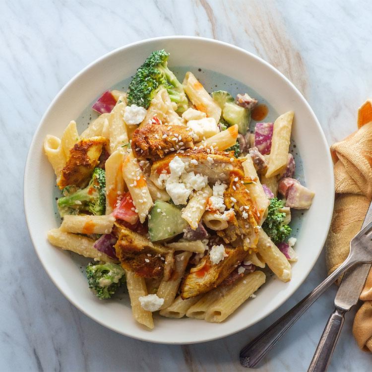 Ensalada de macarrones con pollo, brócoli y queso feta