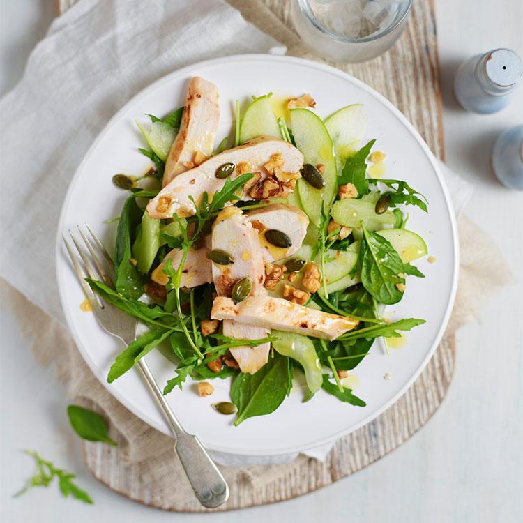Ensalada verde con pollo, manzana, pipas y aliño de nueces