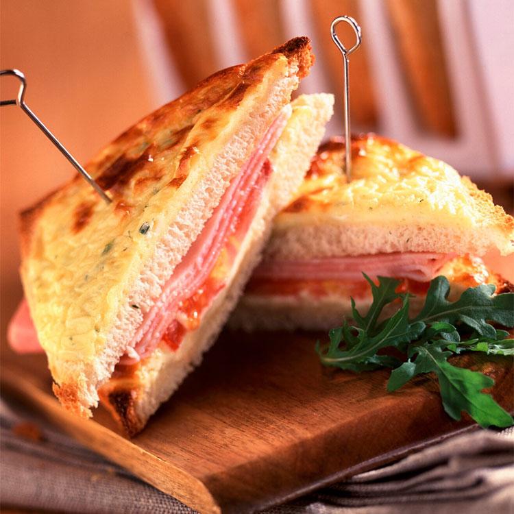 Sándwich de queso Arzúa, jamón y tomate