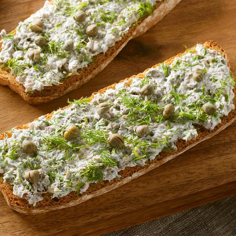 Chapata con sardinas, queso crema y alcaparras