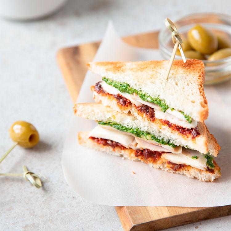Sándwich de tomate seco, Parmesano y pollo