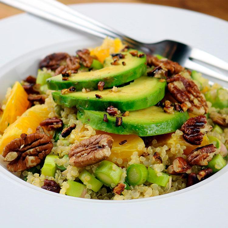 Ensalada de quinoa con espárragos, naranja, aguacate y aliño de miso
