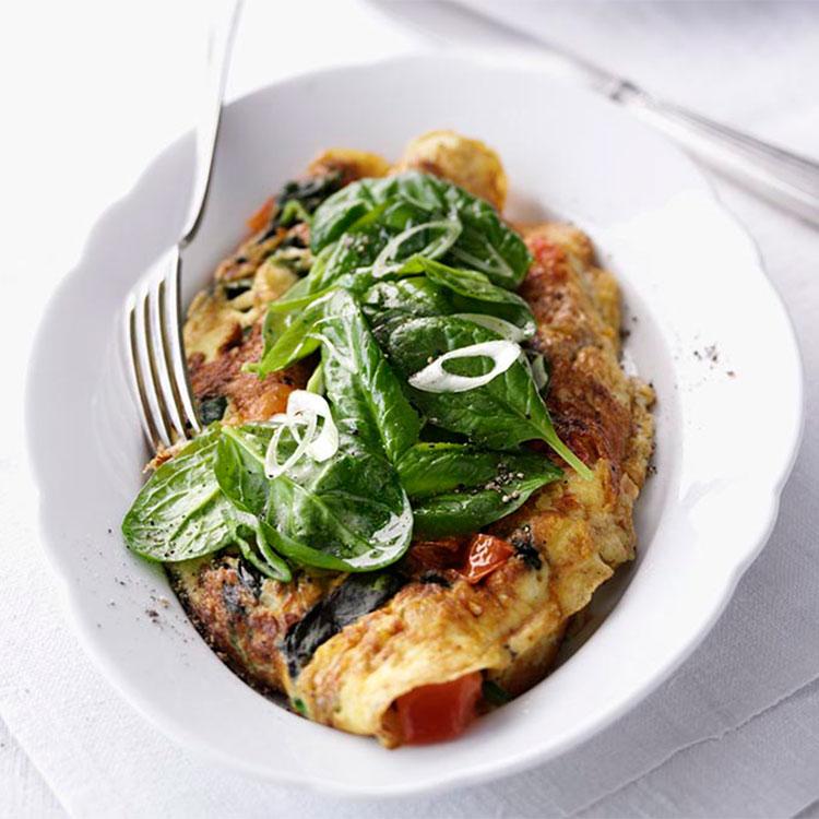 Tortilla de espinacas y tomate con cebolleta aliñada