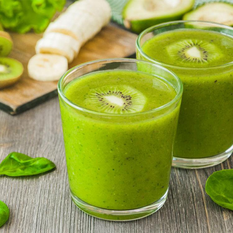 Smoothie de kiwi, plátano y espinacas