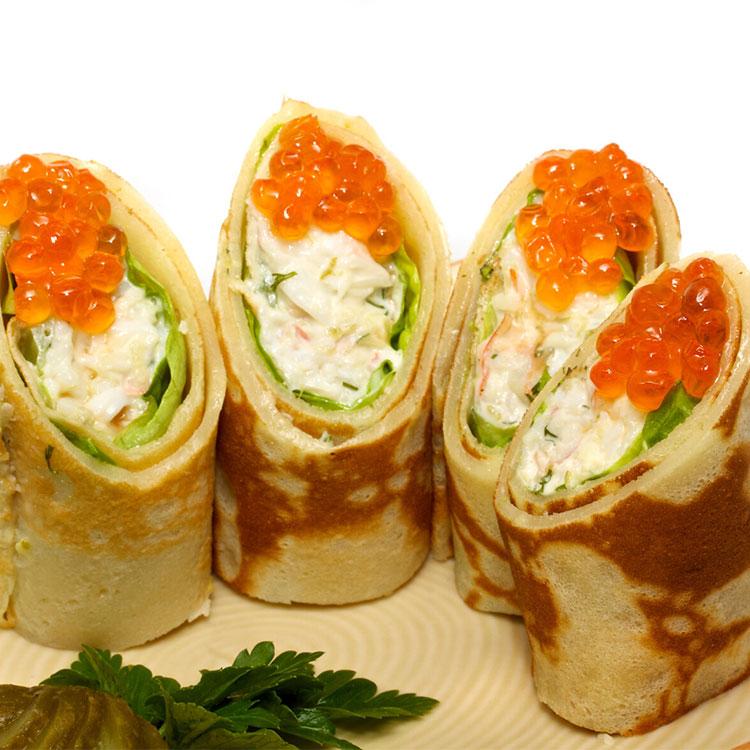 Pancake maki-suhi con pollo, queso crema y wasabi