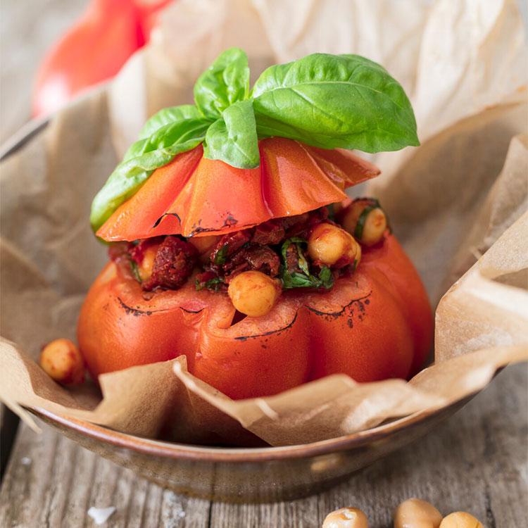 Tomates asados rellenos de garbanzos con albahaca