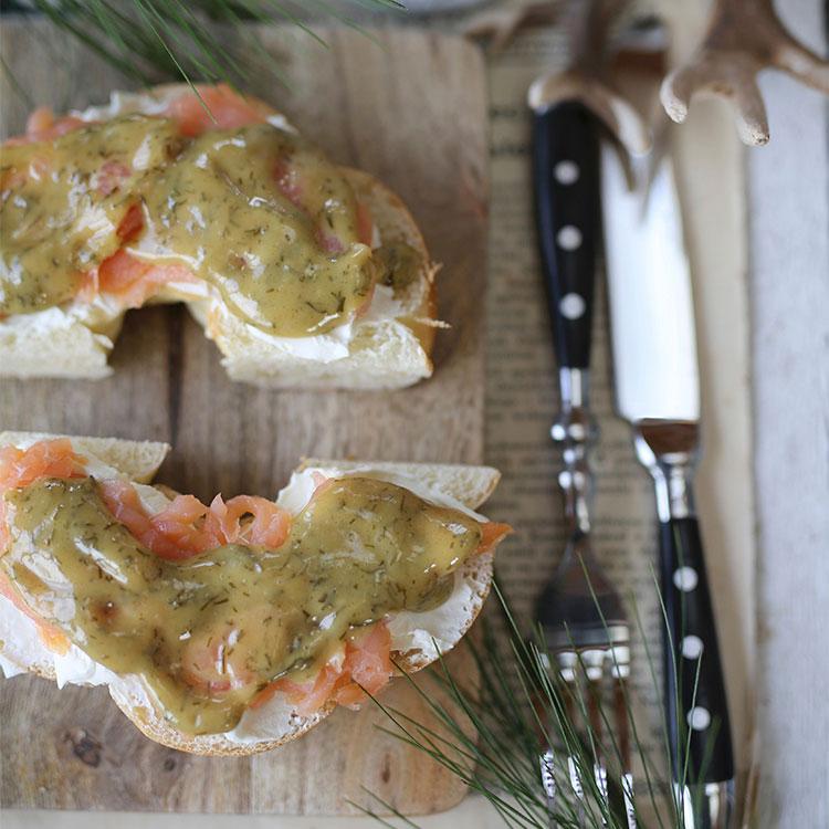 Bagels con queso crema, salmón ahumado y mostaza