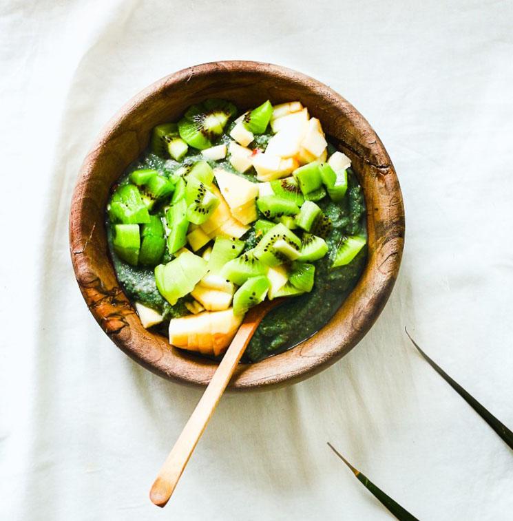 'Porridge' de avena con espirulina y frutas