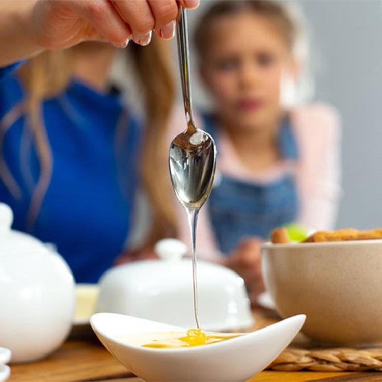 cuchara-miel-nina