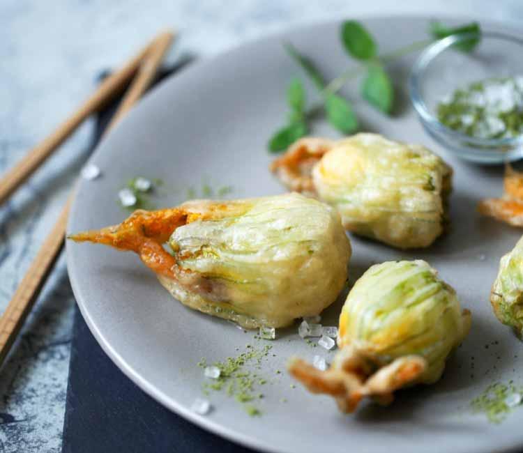Flores de calabacín en tempura con mantequilla al té verde