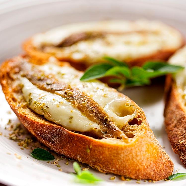 Tosta de anchoa con crema de queso