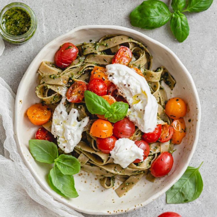 'Fettuccine' con burrata y tomate cherry