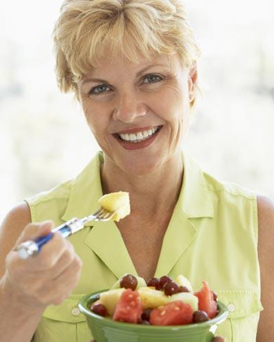 ¿Qué alimentos debe incluir la dieta de la mujer durante la menopausia?