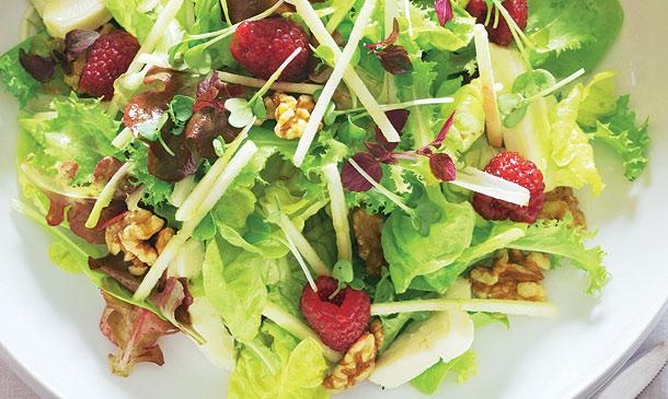 Cinco apetecibles ideas para 'alegrar' tus ensaladas y aportarles un extra de salud