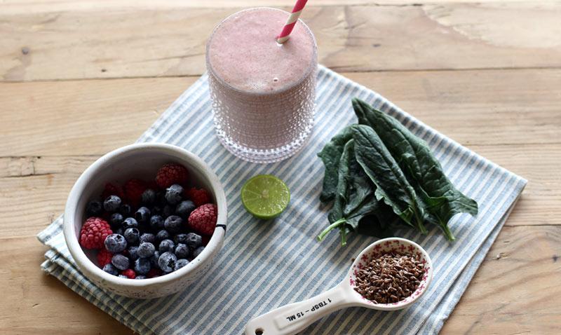 'Smoothie' de frutos del bosque y espinacas: sano, ligero y… ¡delicioso!