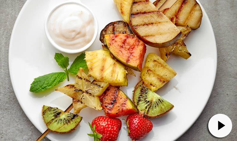 Brochetas de fruta a la parrilla: pocas calorías, delicioso sabor