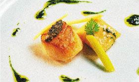 Vieiras salteadas con raviolis de cebolleta salteado de puerro joven y vinagreta de yema trufada