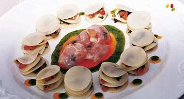 Ensalada de pasta fresca ahumada con gambas enrolladas en tocino de jabugo y trufa