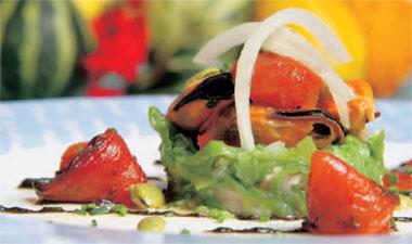 Ensalada de verduras frescas aliñadas con mejillones en su propio jugo