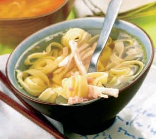 Sopa de pollo con cintas a la oriental