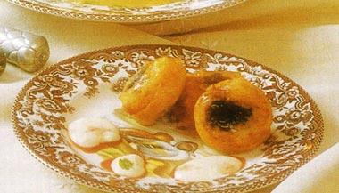 Ciruelas pasas rellenas de crema de almendras y salsa de natillas a la miel de romero