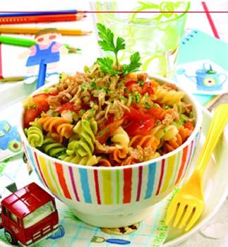 Ensalada de pasta con atún, tomate y mostaza