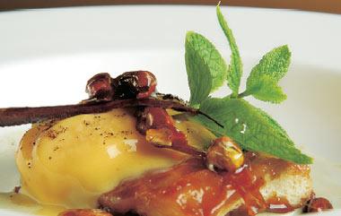 Ensaimada caramelizada, crema de pistachos y helado de vainilla