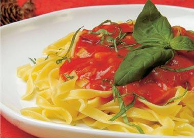 Fetuccini con tomate y albahaca
