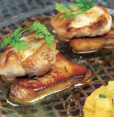 Pechuga de codorniz con 'foie' y dados de manzana