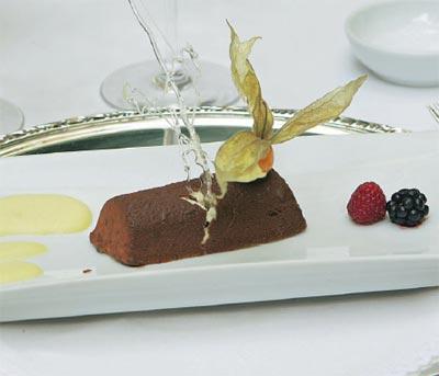 Charlota de turrón de jijona con baño de chocolate