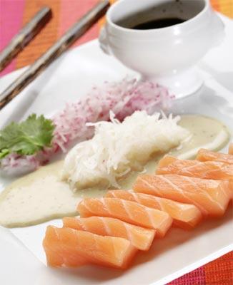 Sashimi de salmón con salsas de soja y de mostaza a la miel