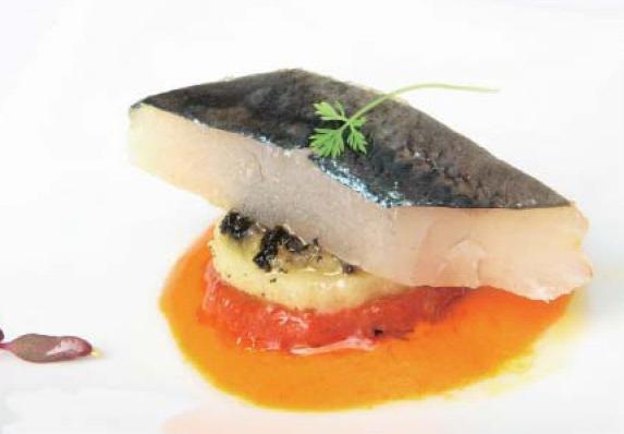 Montadito de anchoa con patata, tomate y emulsión de pimiento rojo