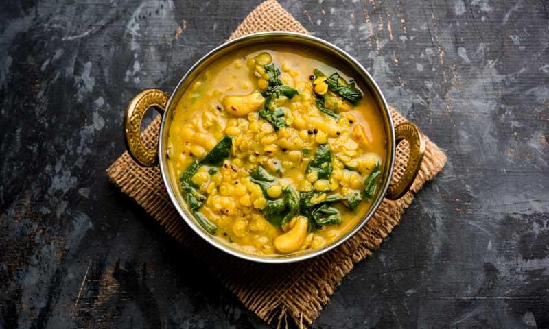 Lentejas con curry y espinacas fritas