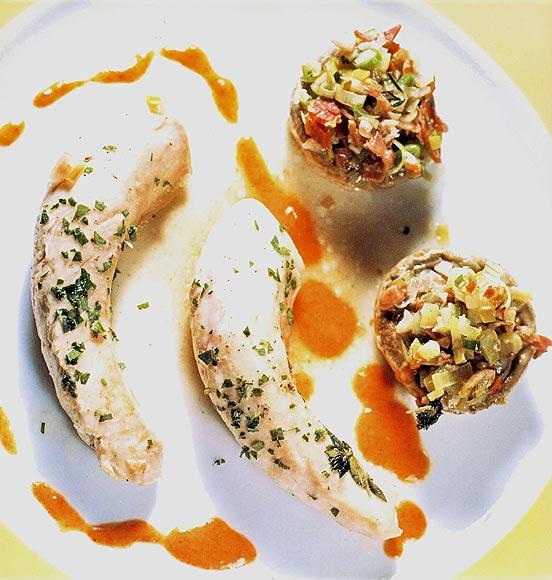 Lomo de conejo con champiñones rellenos y vinagreta de pimientos