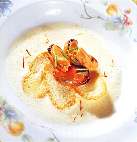 Sopa fría de mejillones al azafrán