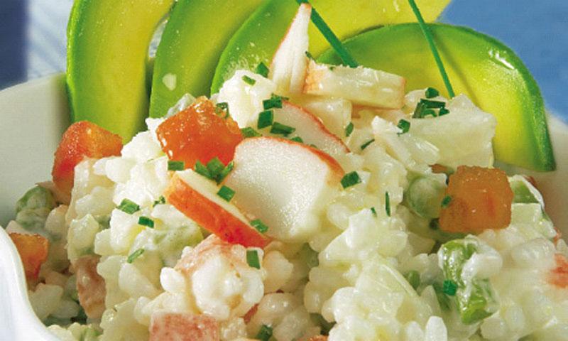 Ensalada de arroz, aguacate y surimi
