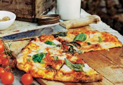 Pizza de mozzarella y albahaca