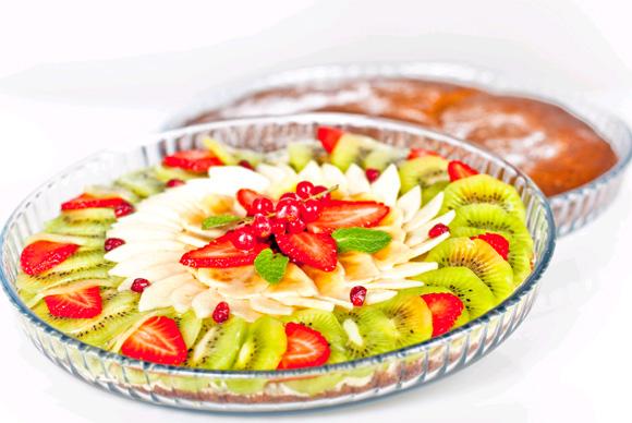 Pastel de plátano y frutas frescas