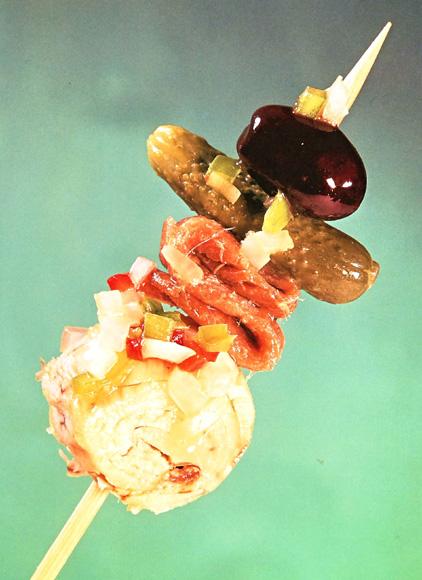 Pincho de pepinillo, bonito, anchoa, aceituna y vinagreta