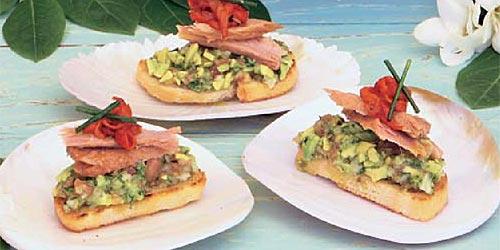Montaditos de guacamole, bonito y 'alegría' riojana