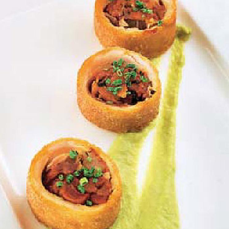 Flamenquín ibérico relleno de jamón y ensalada de pimientos