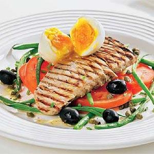 Lomo de atún en lecho de hortalizas
