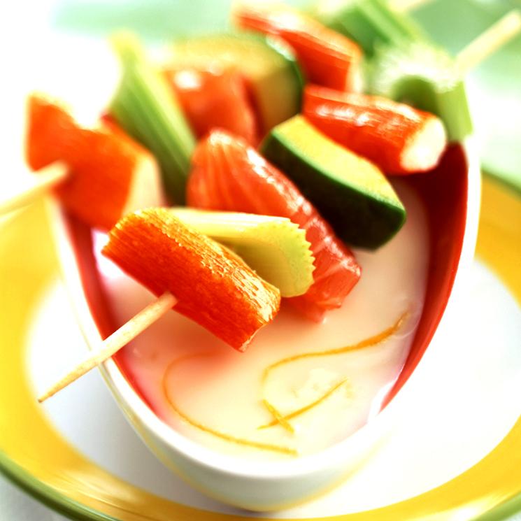 Brochetas de surimi, apio y aguacate con mayonesa ligera