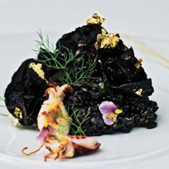 Arroz negro con sepieta y guisantes