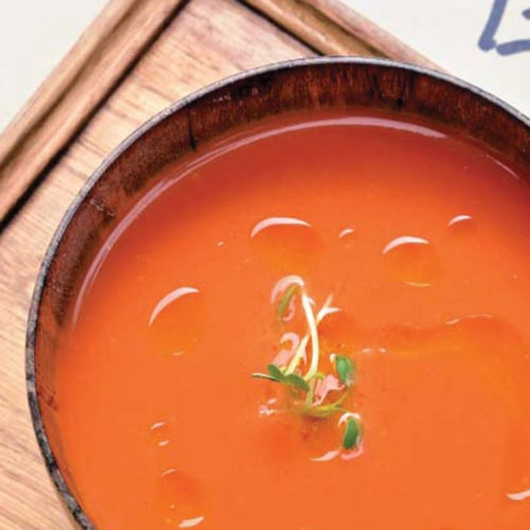 Gazpacho de melocotón con 'pa-amb-tomàquet' y jamón